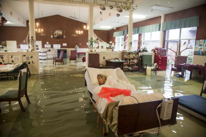 Một bệnh nhân lớn tuổi đang chờ được giải cứu khỏi cơn bão Harvey ở Port Arthur, Texas. Cơn bão Harvey đã ập vào thành phố Houston và san bằng nhiều ngôi nhà dọc theo bờ biển vùng vịnh của bang vào tháng 8-2017. Các nhà khoa học về môi trường cho rằng việc nước biển ấm lên đang làm cho các cơn bão mạnh hơn và gây nhiều thiệt hại - Ảnh: USA Today Network