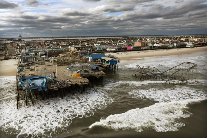 Một công viên giải trí ở Seaside Heights, New Jersey, bị bỏ hoang sau khi cơn bão Sandy tấn công khu vực này vào tháng 10 năm 2012.Cơn bãoảnh hưởng đến 24 tiểu bang và toàn bộ vùng biển phía đông, gây thiệt hại ước tính khoảng 70 tỷ USD. Hình ảnh Mario Tama