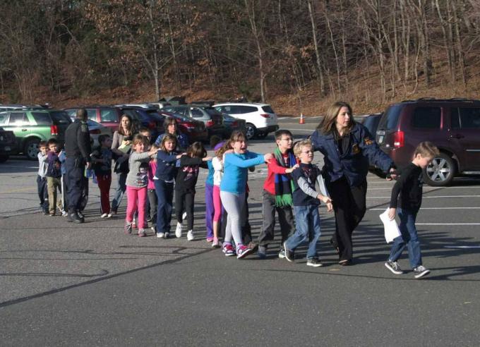 Trẻ em được hộ tống ra khỏi Trường tiểu học Sandy Hook sau khimột vụ nổ súng hàng loạt xảy ra tại trường họcở Newtown, Connecticut, vào tháng 12 năm 2012. Sáu người lớn và 20 trẻ em đã bị giết bởi Adam Lanza, người trước đó đã giết mẹ mình tại nhà.Bức ảnh được chụp bởi nhà báo địa phương Shannon Hicks, đã được đăng lên trang nhất của các tờ báo, tạp chí và trang web trên khắp thế giới.