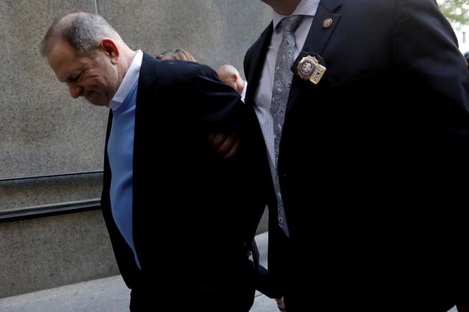 Vụ việc đạo diễn Harvey Weinstein bị cáo buộc tấn công tình dục đã châm ngòi cho phong trào #MeToo quốc tế. Ông đang được chuyển tới Sở Cảnh sát New York hồi tháng5-2018. Ông bị cáo buộc hãm hiếp và lạm dụng tình dục trong các vụ án liên quan đến ba phụ nữ. Tuy nhiên, Weinstein phủ nhận tất cả cáo trạng - Ảnh: Reuters