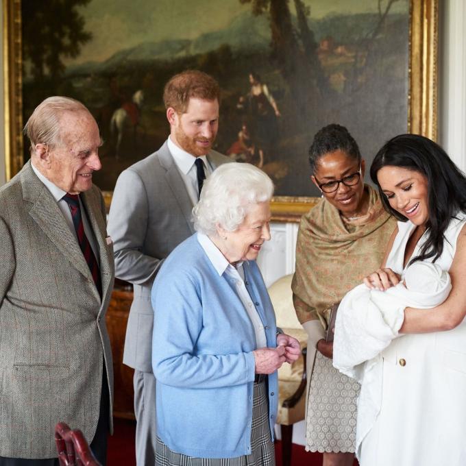Nữ hoàng Elizabeth II của Anh nhìn chắt của mình, Archie, vào tháng 5-2019. Archie là con đầu lòng của hoàng tử Harry, thứ hai từ trái sang, và vợ Meghan, nữ công tước xứ Sussex. Hoàng tử Philip ở phía bên trái. Mẹ của Meghan, bà Doria Ragland, đứng bên phải cô - Ảnh: SussexRoyal