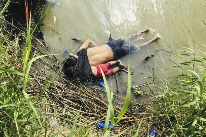 Thi thể của người di cư Salvador, Oscar Alberto Martínez và cô con gái gần 2 tuổi của ông, Angie Valeria, nằm bên bờ sông Rio Grande gần Matamoros, Mexico, vào tháng 6 năm 2019. Họ chết đuối khi cố vượt sông đến Brownsville, Texas.Hình ảnh gây sốclà một lời nhắc nhở nghiệt ngã về hành trình nguy hiểm mà những người di cư thực hiện để đến Hoa Kỳ. Ảnh: Julia Lê Đức / AP
