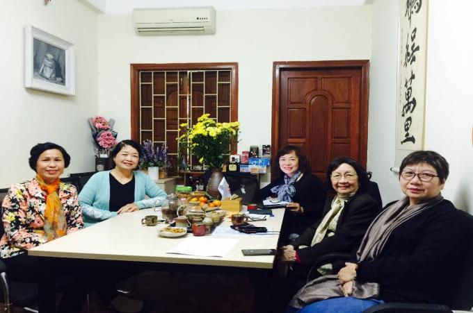 Chủ tịch Hội Nữ trí thức Việt Nam, GS.TSKH Phậm Thị Trân Châu (thứ hai, bên phải) chụp ảnh với Ban Biên tập Tạp chí phụ nữ mới tại buổi làm việc