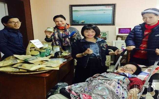 Bà Hồ Thị Quý, Ủy viên Đoàn Chủ tịch, Trưởng ban Hỗ trợ phụ nữ phát triển kinh tế TW Hội LHPN Việt Nam thăm gian hàng của Hợp tác xã Tâm Nọc