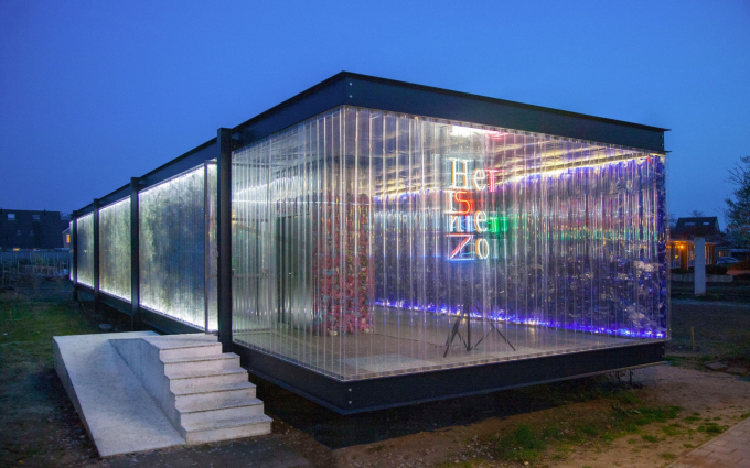 Tòa nhà làm bằng nhựa thải phục vụ cho các hoạt động liên quan đến tái chế nhựa và xây dựng bền vững; Ảnh: archdaily.com