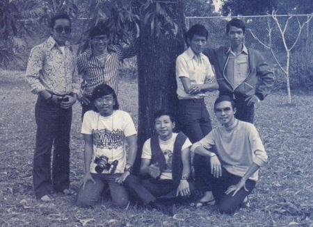 Ban nhạc Phượng Hoàng chụp chung với một số bạn hữu