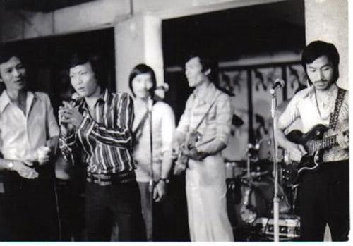 Nhạc sỹ Nguyễn Trung Cang (áo kẻ)