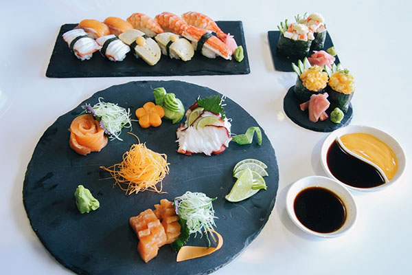 Thực phẩm mặn, chẳng hạn như nước tương ăn với sushi, góp phần vào mức natri cao trong chế độ ăn uống của người châu Á.