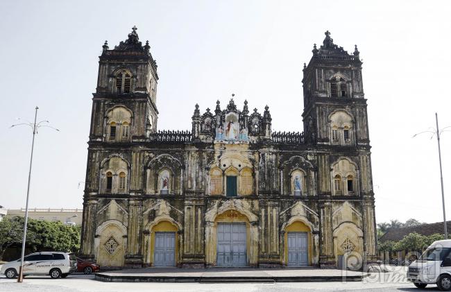 Nhà thờ chính tòa Bùi Chu được xây dựng (1884) bởi giám mục Wenceslao Onate Thuận, người Tây Ban Nha,và hoàn thành năm 1885. Đây là một trong những nhà thờ cổ kính nhất ở các tỉnh phía bắc, có tuổi tương đươngNhà thờ Đức Bà Sài Gòn(hoàn thành năm 1880) vàNhà thờ lớn Hà Nội(hoàn thành năm 1886).