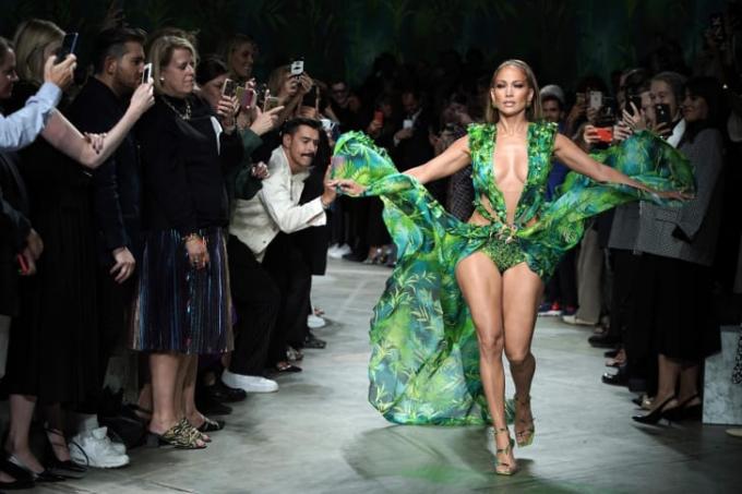 Jennifer Lopez đi trên đường băng tại show Versace trong Tuần lễ thời trang Milan Xuân-Hè 2020