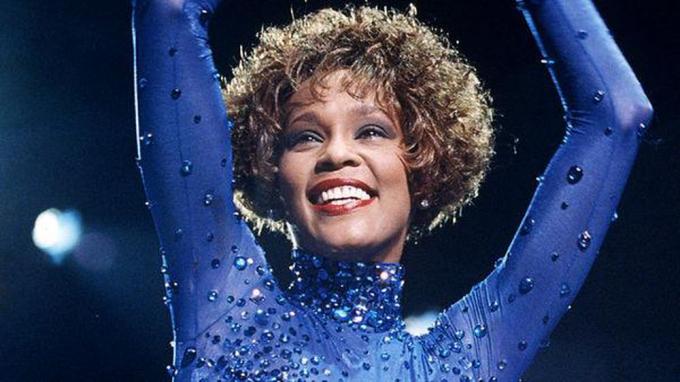 8 năm ngày mất của Whitney Houston - nghe lại Saving all my love for you