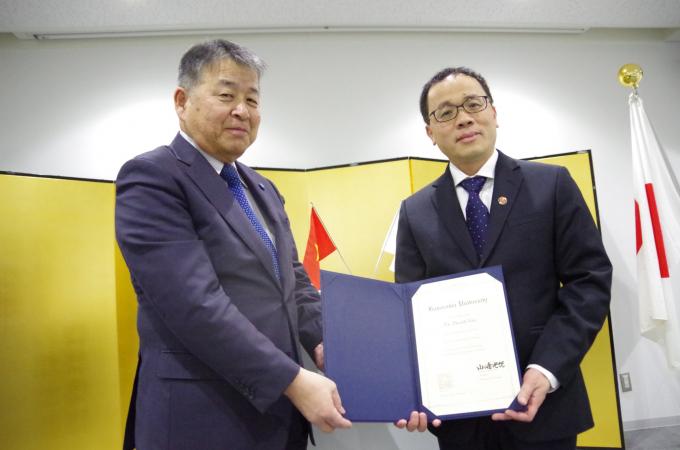 Yamazaki -Hiệu trưởng Đại học Kanazawa – trao bằng Giáo sư danh dự cho GS Tạ Thành Văn