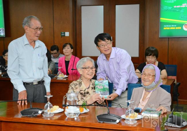 Tác giả tặng sách cho các cô chú cán bộ báo Nhân Dân