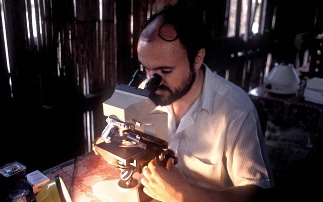 Bác sĩ Carlo Urbani đang nghiên cứu vi sinh (Nguồn ảnh: http://www.felicitapubblica.it)