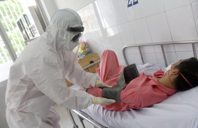 Nhân viên y tế đang chăm sóc bệnh nhânbị nhiễm CoV19 (Ảnh: tuoitre)