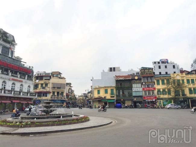 Đài phun nước tại Quảng trường Đông Kinh Nghĩa Thục vô cùng vắng vẻ