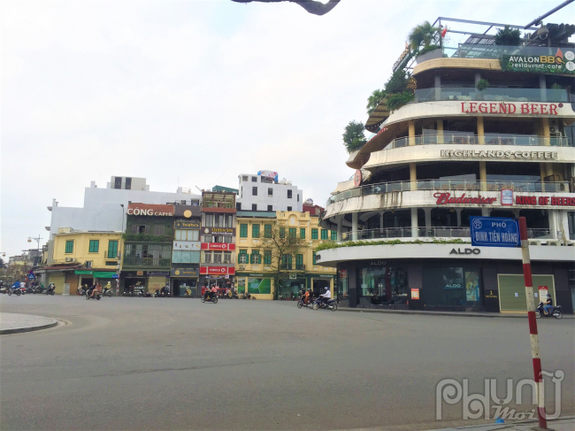 Đầu phố Đinh Tiên Hoàng gần như không có bóng người qua lại