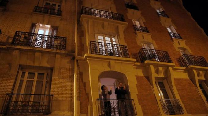 8h tối hàng ngày,người dân Parisra cửa vỗ tay để động viên các y bác sĩ. Paris toàn tiếng vỗ tay và hoan hô.