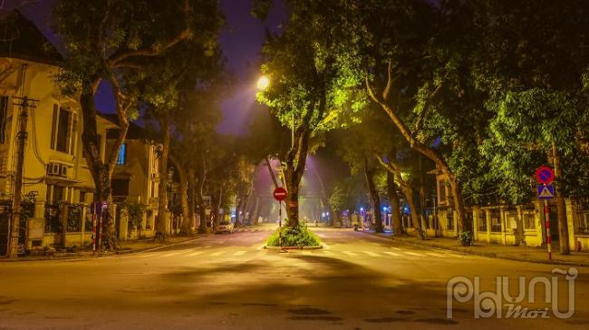 #cáchlyxãhội: Hà Nội vắng yên không một bóng người lúc 7h tối