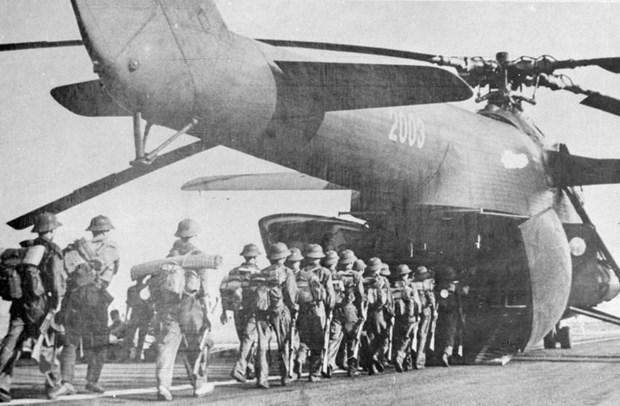 Bộ đội lên máy bay vận tải vào miền Nam tham gia chiến dịch Hồ Chí Minh, giải phóng Sài Gòn (tháng 4/1975). (Ảnh: TTXVN)
