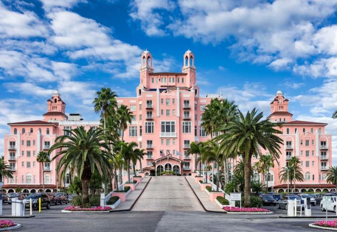Khách sạn Don CeSar, Florida.Dọc theo Bờ biển vùng vịnh trên Bãi biển St. Pete là khách sạn Don CeSar huyền thoại. Khách sạn mở cửa đón khách vào năm 1928 và kể từ đó đến nay, khách sạn từng đón các ngôi sao nổi tiếng như F. Scott Fitzgerald, Clarence Darrow, Britney Spears, Heidi Klum. Thiết kế màu hồng của nó bao gồm vòm móng ngựa, gạch trang trí và sân trong tuyệt đẹp. Khách sạn được mệnh danh là một trong những khu nghỉ mát tốt nhất ở Florida./.