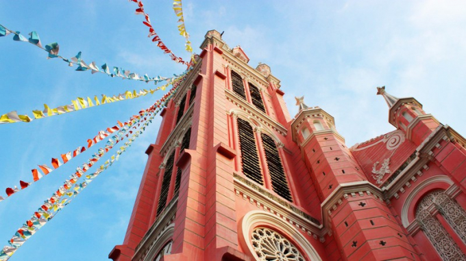 Nhà thờ Tân Định được thiết kế theo phong cách La Mã với các yếu tố kiến trúc Gothic và Phục hưng. Từ bên ngoài vào đến bên trong, tất cả đều một màu hồng rực rỡ.