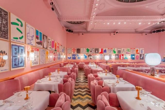 Phòng trưng bày Sketch, London, Anh.Ngay khi bước vào, bạn sẽ đắm chìm trong màu hồng, từ trần nhà cao, rực rỡ đến đồ nội thất nhung màu hồng với các điểm nhấn bằng vàng. Các bức tường được phủ bởi hơn 200 bản in và bản vẽ hoạt hình của nghệ sĩ David Shrigley. Phòng trưng bày từ lâu đã thu hút đông đảo du khách với thực đơn trà chiều hấp dẫn. Đây cũng là điểm check - in