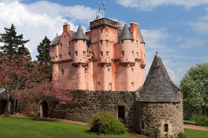 Lâu đài Craigievar, Scotland.Những người yêu thích truyện cổ tích sẽ vui mừng khi đến thăm lâu đài này, nơi được cho là nguồn cảm hứng cho Lâu đài Lọ Lem tại Công viên giải trí Walt Disney. Bạn có thể thực hiện một chuyến tham quan có hướng dẫn bên trong lâu đài hoặc khám phá những khu vườn và những con đường mòn trong rừng xung quanh nó. Lâu đài còn là nơi tổ chức đám cưới, sự kiện và các bữa tiệc riêng tư.