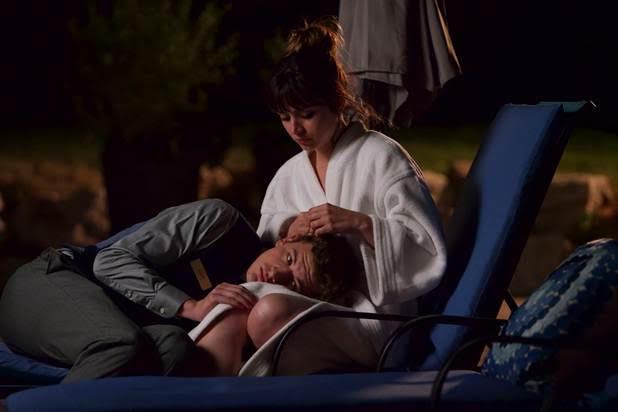 Ana de Armas diễn cảnh tình cảm bên bạn diễn Tye Sheridan trong phim tội phạm, tâm lý The Night Clerk