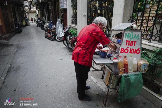 Ông bán hàng xe thịt bò khô lách cách tiếng kéo ngân vang trên các phố phường Hà Nội một thời. (Ảnh: Lê Trung Đức/ Khampha)