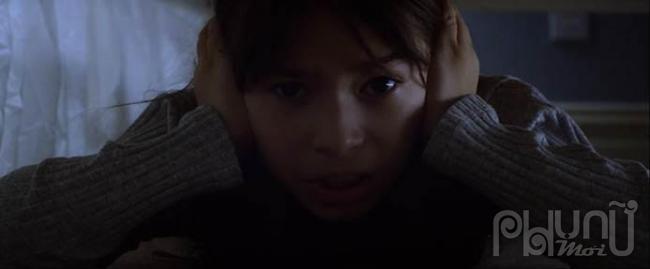 Vào vai Isla, Leya đã thể hiện được sự thông minh, nhanh nhẹn của một cô bé có mắt nhìn quan sát