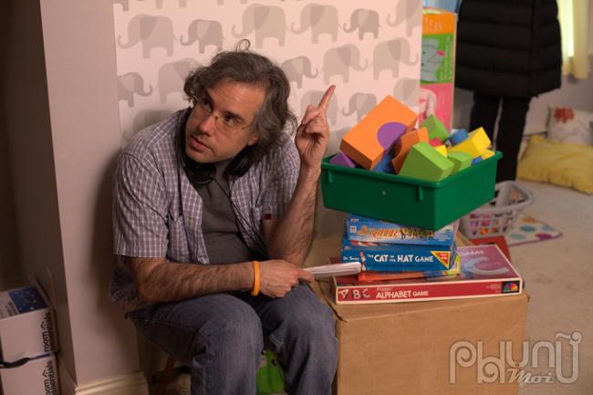 Đạo diễnEduardo Rodriguez trên phim trường của Kẻ Ẩn Nấp