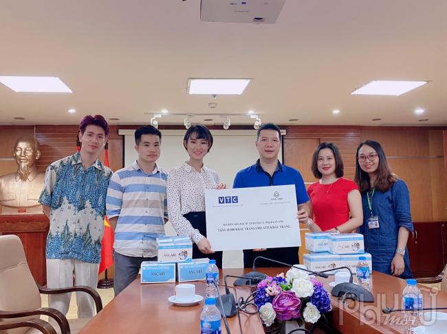 Hoa Hậu Du lịch Châu Á Phạm Lan Anh đại diện nhãn hàng ANCARE đã trao tặng 45.000 khẩu trang y tế cho đại diện Công đoàn Đài truyền hình KTS VTC – Ông Vũ Quang Huy (Chủ tịch Công đoàn Đài)