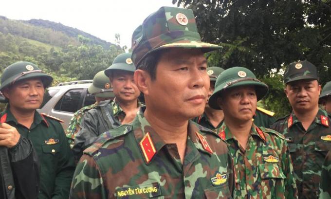 Trung tướng Nguyễn Tân Cương chỉ đạo cứu hộ, cứu nạn tại hiện trường. Ảnh: CTTCP