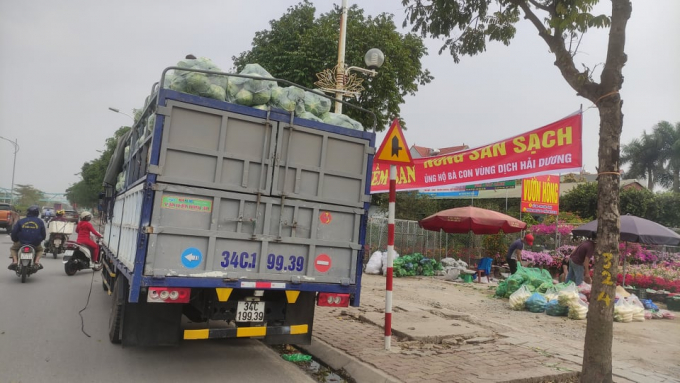 Những chuyến xe chở hàng tấn rau củ từ Hải Dương