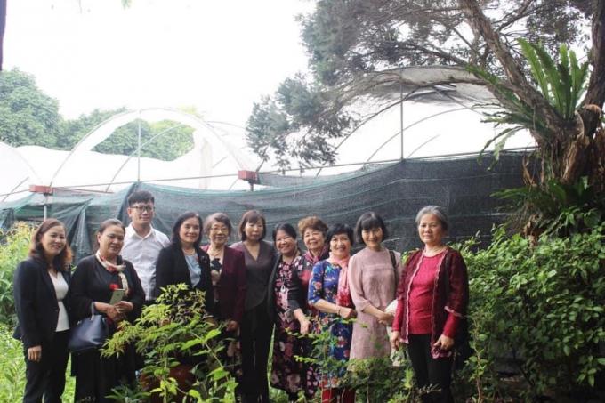CLB Kovalepskaia thăm vườn ươm các cây lâm nghiệp(PGS.TS Trần Thị Thu Hà đứng giữa)