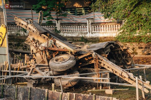 Xác máy bay B52 ở Hà Nội gần 50 năm nổi lên sau khi rút nước hồ