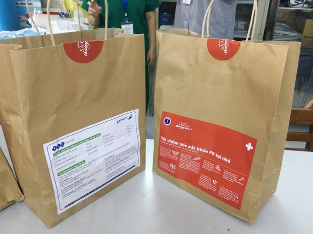Túi thuốc chuẩn bị cấp phát cho F0 điều trị tại nhà. (Ảnh: Đinh Hằng/TTXVN)