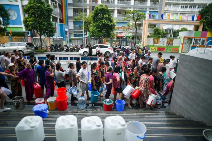 Người dân Hà Nội xếp hàng chờ lấy nước sạch từ xe bồn sau vụ nước ô nhiễm do đổ trộm dầu thải