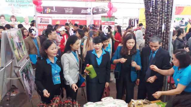 Lãnh đạo các LĐLĐ Việt Nam và tỉnh Thanh Hóa đi tham quan các gian hàng