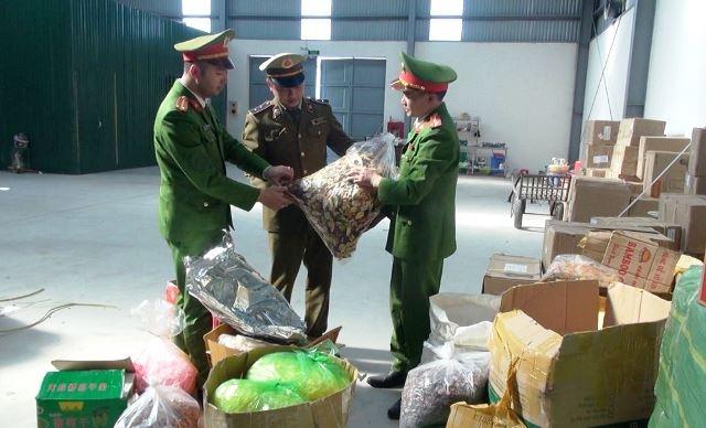 Lực lượng chức năng tỉnh Thanh Hóa kiểm tra số thực phẩm khô không rõ nguồn gốc