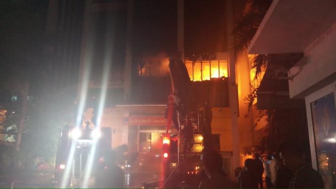 Lực lượng chức năng nỗ lực chữa cháy