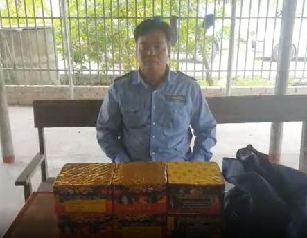 Lái xe Đỗ Việt Hòa và số pháo thu được