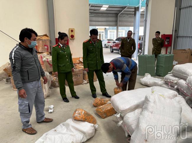 Lực lượng chức năng kiểm tra lô hàng không rõ nguồn gốc, xuất xứ của ông Nguyễn Hữu Dũng. Ảnh: Công an Thanh Hóa cung cấp