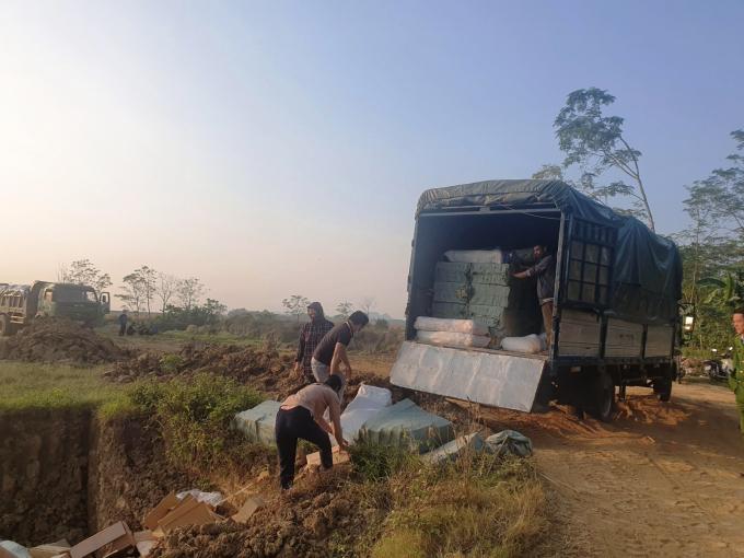 Thực hiện tiêu hủy gần 7 tấn thịt sấy khô không rõ nguồn gốc xuất xứ. Ảnh: Công an Thanh Hóa cung cấp.