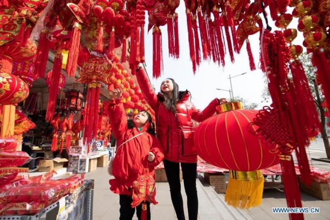 Khách hàng mua đồ trang trí Tết ở Lãng Trung, tỉnh Tứ Xuyên, Trung Quốc. Ảnh: Tân Hoa Xã.