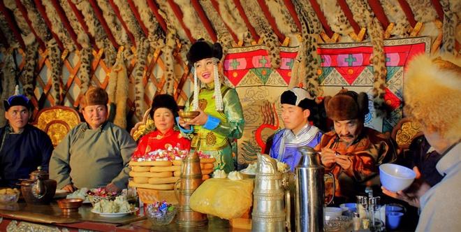 Trong mâm cơm ngày Tết của Mông Cổ có những món ăn rất đặc biệt như: cơm và sữa đông, cơm và nho khô, thịt cừu nướng....