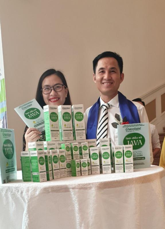 Lãnh đạo Công ty CP Bảo Lâm Sơn La cùng với sản phẩm tinh dầu sả Javamang thương hiệu Grass tase