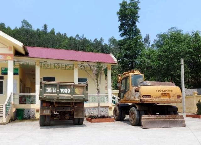 Phương tiện phục vụ cho hành vi khai thác đất trái phép của Công ty Cổ phần Đông Bắc bị tạm giữ tại trụ sở xã Thanh Tân