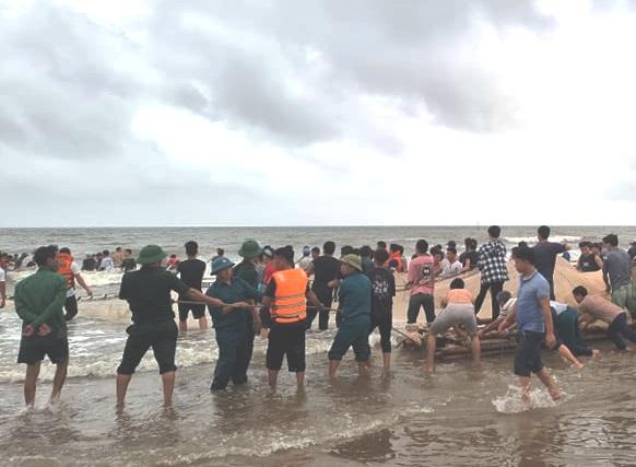 Lực lượng chức năng và người dân nỗ lực tìm kiếm các học sinh bị nước cuốn trôi trên biển